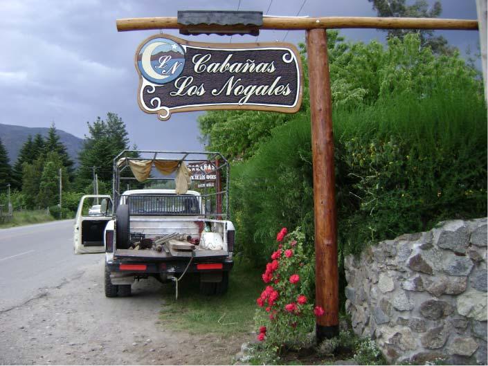 Cartel Tallado en Madera - Cabañas Los Nogales - Lago Puelo - Provincia del Chubut - RA Carteles