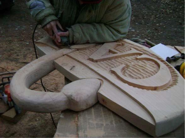 RA Trabajando - Lijando escultura de ciprés - Farmacia CAO - Lago Puelo - Provincia del Chubut - RA Carteles