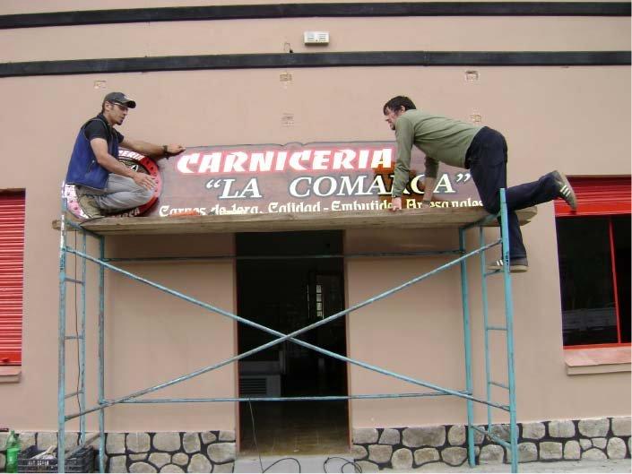 RA Trabajando - Colocación de Cartel -  Carnicería La Comarca - Lago Puelo - Provincia del Chubut - RA Carteles