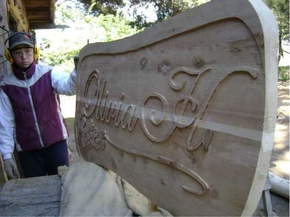RA Trabajando - Presentando para pintar un cartel tallado - Olivia H - El Bolsón - Provincia de Río Negro - RA Carteles