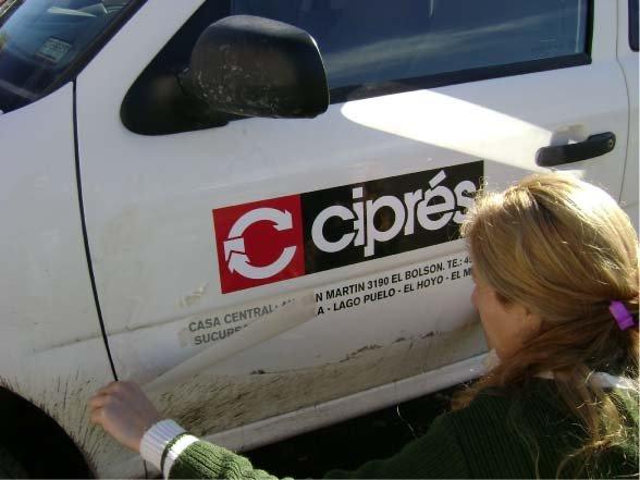 RA Trabajando - Colocando vinilo en un vehículo - El Ciprés Construcciones - Lago Puelo - Provincia del Chubut - RA Carteles