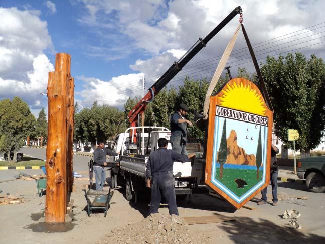 RA Trabajando - Colocando cartel tallado - Municipalidad de Gobernador Gregores - Provincia de Santa Cruz - RA Carteles
