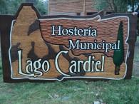 Carteles Tallados - Cabañas Hostería Municipal Lago Cardiel - Gobernador Gregores - Provincia de Santa Cruz - RA Carteles